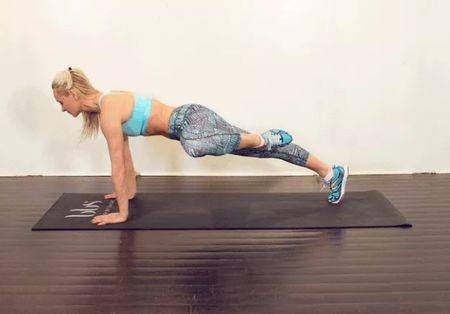 Упражнение №4 «Скручивание с наклоном»